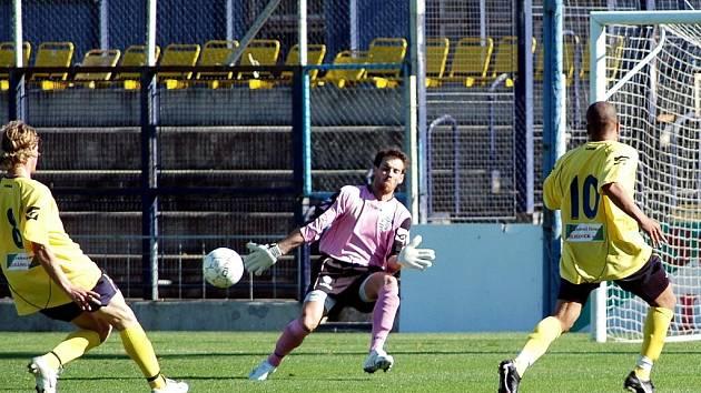 První branka Chmel Blšany doma v ČFL padla až z této akce, kdy Brazilec Marcelo Dluzniewski překonává brankáře Vyšehradu Víška za asistence Francouze Loizeau Wilfrida.