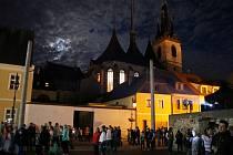 Lidé v Lounech sledují projekci při festivalu Kouzlo světla