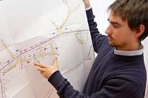 Stavební inženýr Jakub Honzík ukazuje plány na modernizaci Hluban. Veřejné slyšení i beseda s obyvateli  k této otázce proběhly v roce 2010. Skutečné stavební práce ve vsi začnou už během srpna.