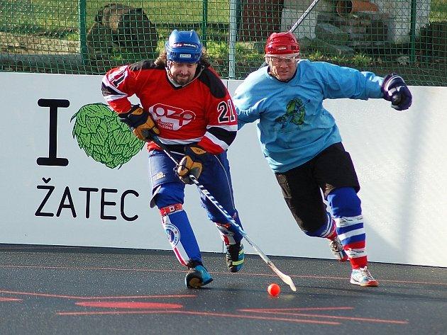 Utkání hokejbalistů Žatce (v červeném) proti Chomutovu