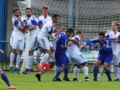 Fotbalisté Loun (v bílém) podlehli minulý víkend Hrobcům, teď nevyhráli ani v Modlanech.
