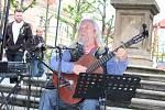 Jaroslav Hutka zpívá na lounském náměstí.