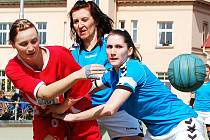 Utkání národních házenkářek Žatce (v červeném) proti Tymákovu. Na snímku domácí Lenka Wüstová