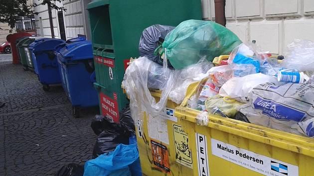 Přetékající popelnice přímo za žateckou radnicí. Nevzhledná řada kontejnerů je tam často přeplněná. Je to právě jedno z míst, kde by podzemní kontejnery mohly být vybudovány.