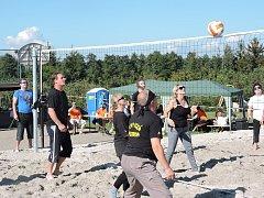 Turnaj v plážovém volejbale na novém hřišti ve Skupicích