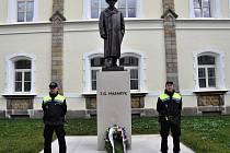 Slavnostní položení kytice u pomníku T. G. Masaryka v Lounech