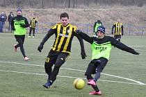 Fotbalisté Chlumčan (v zelenočerném) si výhrou nad Vroutkem upevnili vedoucí pozici v turnajové tabulce.