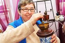 Jana Bezděková ukazuje historické mlýnky na výstavě ve Vršovicích