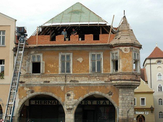 Hošťálkův dům na žateckém náměstí Svobody v době rekonstrukce.