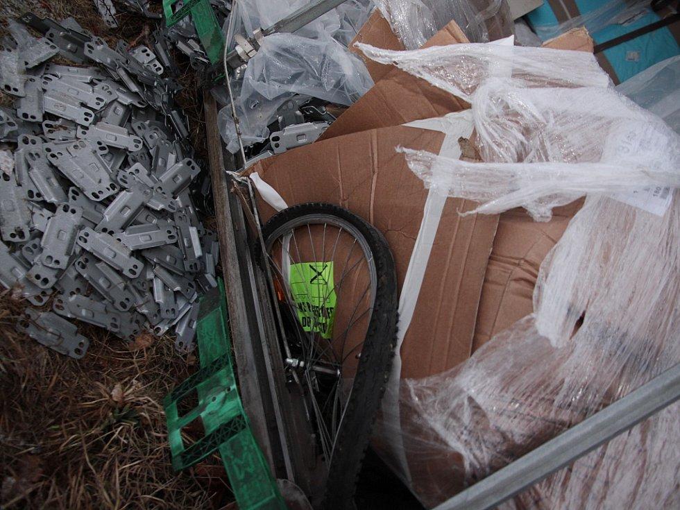 Odstraňování následků nehody rumunského kamionu u zóny Triangle na Žatecku