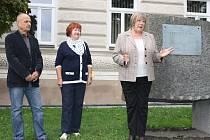 Starosta Loun Radovan Šabata, místostarostka Edita Hořejší a dcera umělce Věra Mirvaldová (zleva) u přestěhovaného díla.