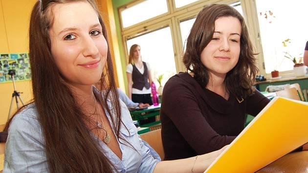 Studentky Tereza Ottová (vlevo) a Jana Dolejšová při prezentaci jednoho z projektů.