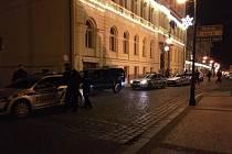 Policisté před Dejavu cafe bar na Mírovém náměstí v Lounech