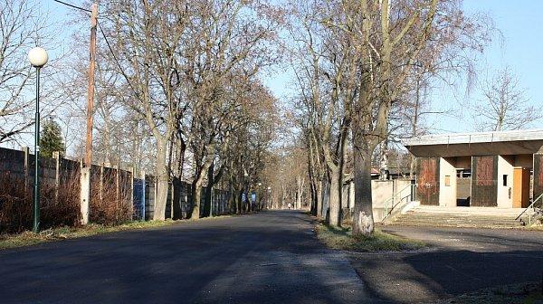 Ulice KVelodromu vLounech by už neměla být průjezdná až do Dobroměřic. Ukynologického cvičiště za fotbalovým stadionem se mají objevit betonové zátarasy.