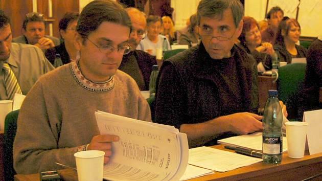 Bořek Zasadil (vpravo) krátce před volbou devátého člena rady města. Vedle něj sedí zastupitel Michael Straka.