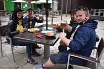 Hosté na zahrádce restaurace U Orloje. Ilustrační foto.