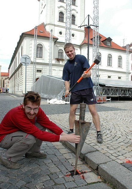 Ondřej Houštěk (vlevo) a Martin Brázdil zatloukají oporu pro hlavní pódium.