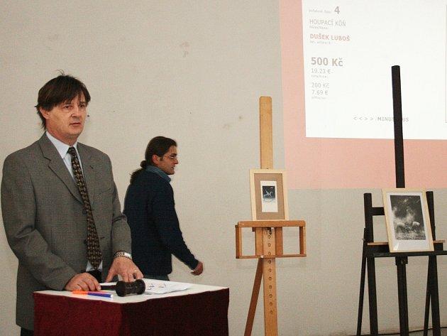 Licitátor draží jedno z uměleckých děl.