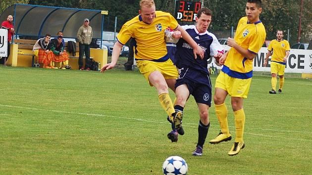 Fotbalisté Dobroměřic (ve žlutém) na podzim porazili 3:0 Domoušice, nyní stejným výsledkem přehráli i Duchcov.