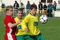 Žatecký Mir. Dykas (vpravo) zpracovává míč