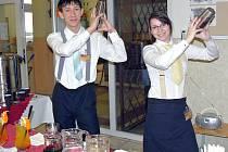 Den otevřených dveří v Podbořanech. Na snímku studenti Lenka Kasardová a Kevin Kyzr.