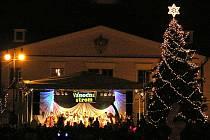 V Lounech byl v neděli 30. listopadu rozsvícen vánoční strom. Slavnostního aktu na Mírovém náměstí se tradičně ujal starosta Jan Kerner.