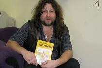 Žatecký spisovatel Aleš Stroukal s jednou ze svých knih