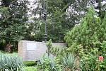 Chmelniční kotva, socha podle návrhu Vladislava Mirvalda, ještě u vstupu do lounské obchodní akademie