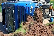 Převrácený kamion se štěrkem u Kryr