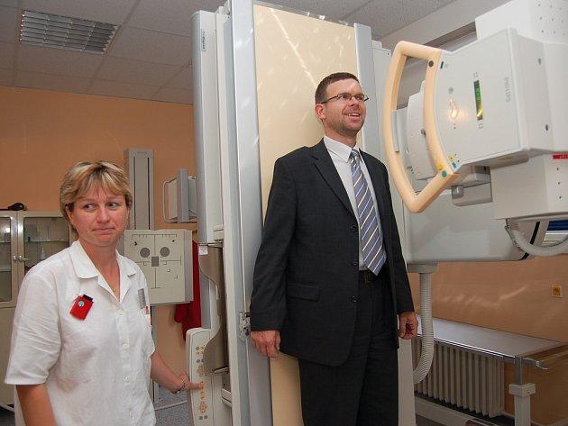 Eva Svitáková, vedoucí radiologická asistentka, vyšetřuje na nové rentgenové stěně starostu Loun Jana Kernera.