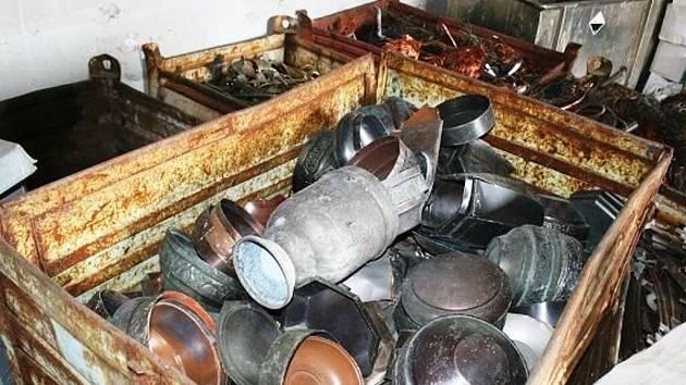 Zničené urny, které policie našla ve výkupně kovů v Libčevsi na Lounsku.