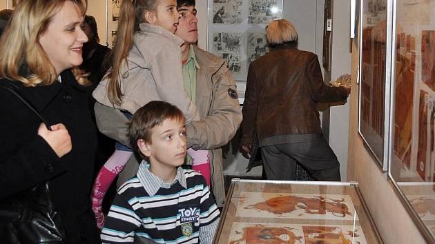 Návštěvníci si prohlížejí kresby Václava Šlajcha.