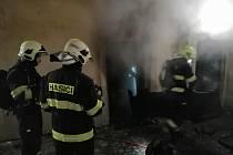Žatečtí hasiči likvidovali v noci na úterý 3. března požár v ubytovně. Foto SDH Žatec