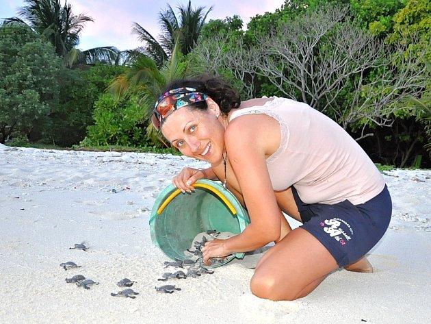 Alexandra Zdeňková se želvičkami na pláži na Borneu.