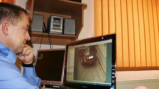 Strážník Martin Svoboda u monitorů, na něž se přenáší obraz z kamer po městě.