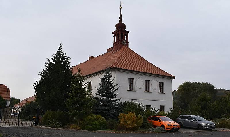 Zámek je dominantou Blšan u Loun. Kvůli navezené zemině se v obci konalo místní referendum. Majitel zámku svůj záměr vysvětluje na informační desce na návsi.