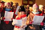 Společné zpívání koled s Deníkem přitahuje každoročně do lounské knihovny stovky lidí