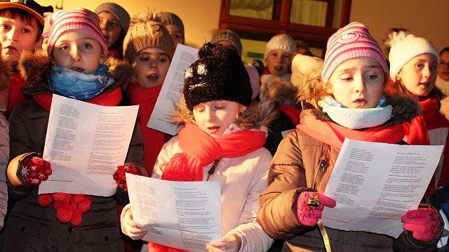 ČESKO ZPÍVÁ KOLEDY. Stovky lidí si opět přišly zazpívat s Deníkem do lounské knihovny na akci Česko zpívá koledy.