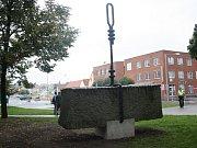 Usazování sochy na nový sokl na Komenského náměstí