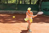 Radka Baštářová z Kladna byla jednou z prvních hráček na nově opraveném tenisovém kurtu v Lounech.
