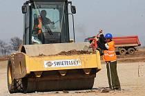 Dělníci pracují na zemních pracích na pozemku ve východní části zóny Triangle