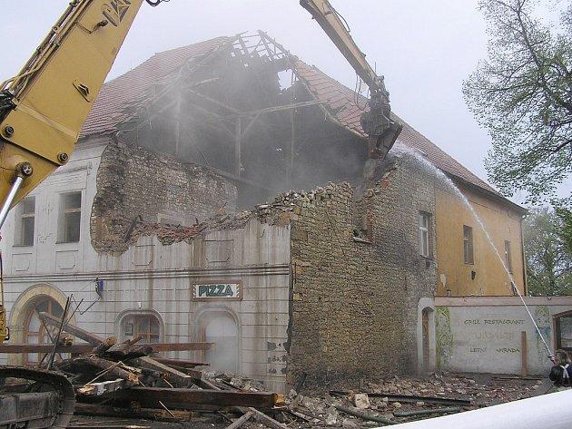 Bourání historického domu.