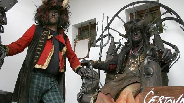 Ukoptění pekelníci baví návštěvníky při sobotním setkání v lounském muzeu.