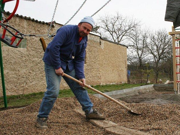 Pavel Brekl pracuje na výstavbě nového dětského hřiště v Dobroměřicích.