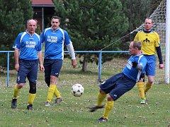 Fotbalisté Holedeče (v modrém) porazili v posledním podzimním kole III. třídy Chožov.