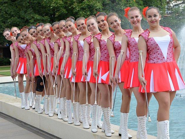 Mažoretky Konvalinky ze Základní umělecké školy Louny. Mažoretky potřebují pro nácviky velké prostory, ty lounské cvičí v tělocvičně gymnázia.