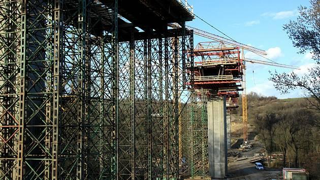 Most nad Velemyšlevsí už roste před očima