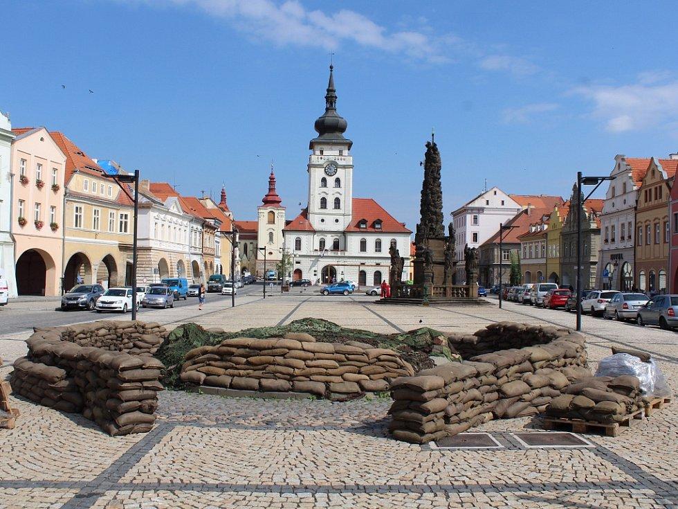 Natáčení filmu Jojo Rabit v centru Žatce. Kašna na náměstí je obklopena pytli s pískem, z radnice zmizela síť