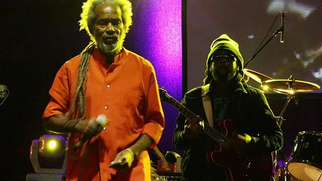 Legenda reggae Max Romeo a Charmax Band