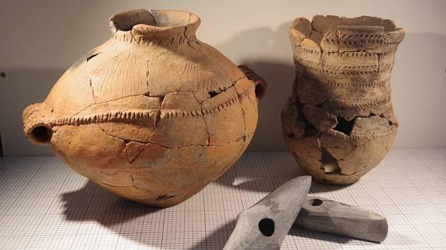 Archeologům se podařilo odkrýt při stavbě dálnice u Loun tři hroby. Ačkoliv se nedochovaly kosterní pozůstatky lidí, potěšila je zajímavá výbava. Šlo o keramické nádoby s milodary a kamenné sekeromlaty.
